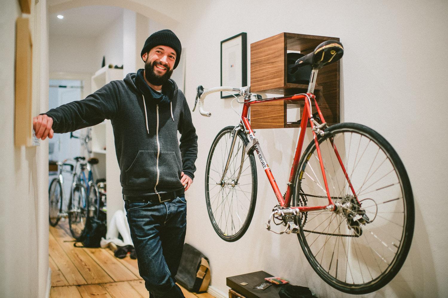 Как повесить велосипед на стену.